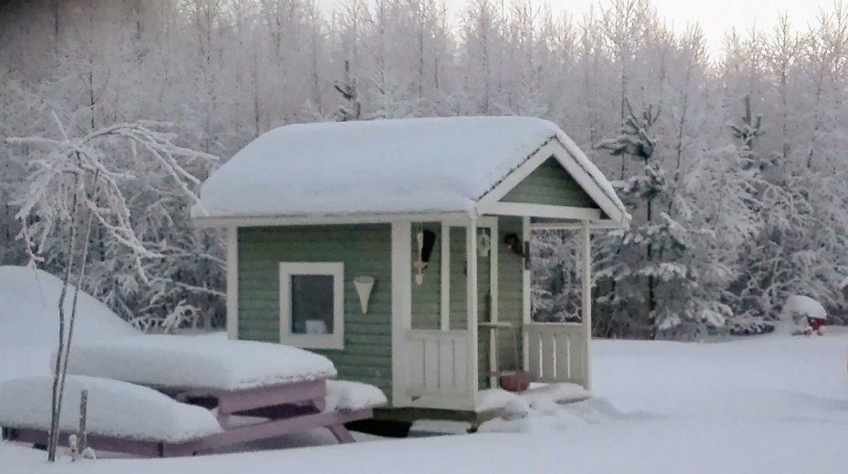 leikkimökki talvella
