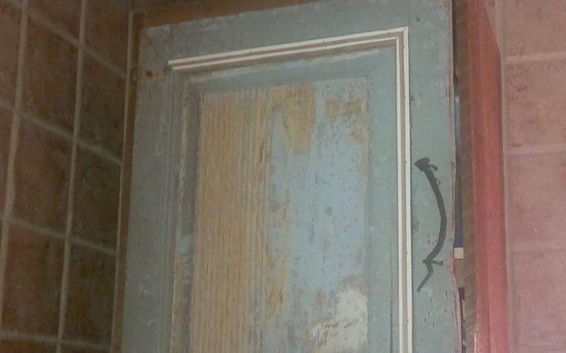 tee vanhasta ovesta seinäkaappi