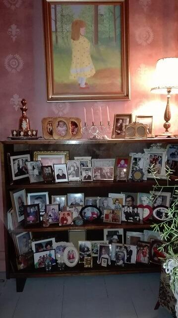Valokuvia rakkaista sekä olohuoneen ilmettä