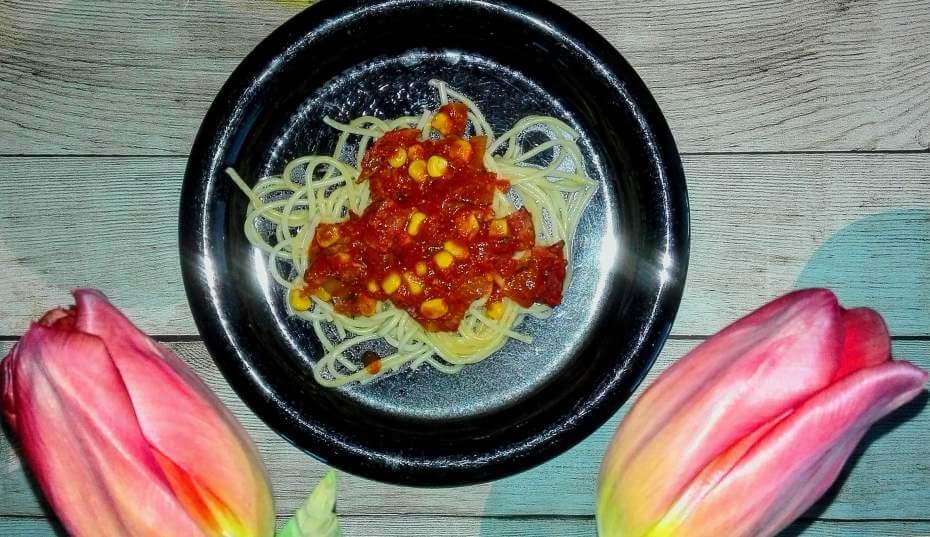 Nopea ja helppo meetvurstikastike tomaatin, maissin ja sipulin kera